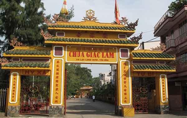 Pagode GIAC LAM avec notre agence de voyage francophone au vietnam